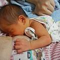 雙手抱著媽媽乳房.JPG