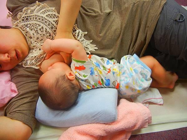 寶寶頭後仰的支托與乳房塑型.JPG