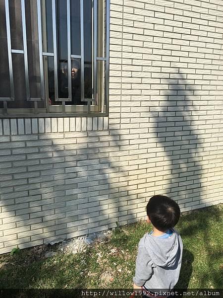 窗裡窗外姑姪倆.JPG