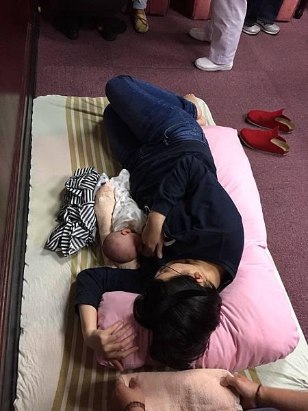 如何讓側躺為奶可以貼緊緊乳頭不痛.jpg