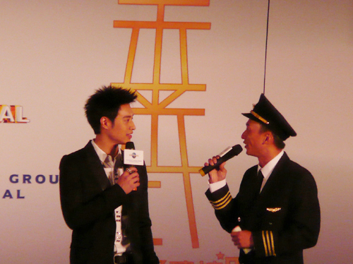 訪問中,主持人是蔡榮祖