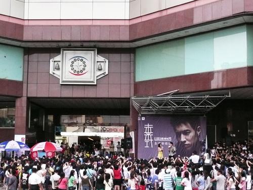 8/2台中- 百貨公司門口滿滿的人潮,都是來看瑋柏的^^