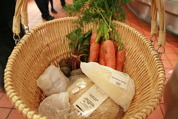 在自有農場裡買菜用藤枝菜籃裝還真有fu