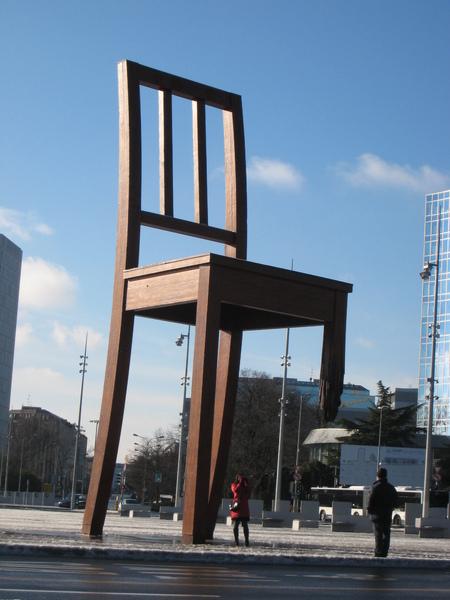 缺腳的椅子:就是缺了臺灣嘛!