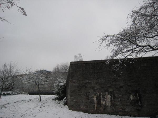 有看到城牆上跟你問好的雪人嗎?