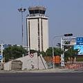 機場塔台,還有機場整理中詭異門面水泥結構