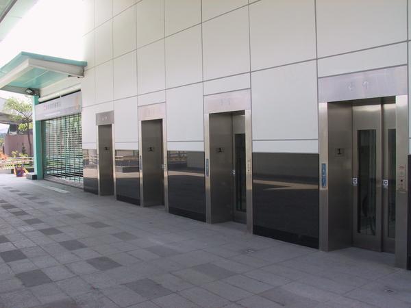 有整排的四個電扶梯,給行李多的人用的吧)