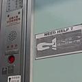 電梯旁的標示,上面那張標示頗讚XD