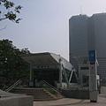 R7 3號出口跟高雄第一個破百公尺大樓寶成企業大樓合影XD