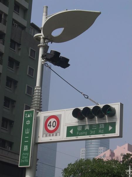 中山路迎賓大道區的共桿燈箱跟反射式路燈