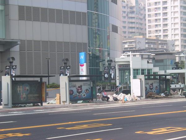 R8 2號出口跟還在整理鐘的奧多公車亭