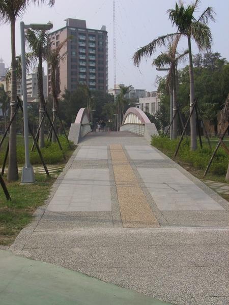 景觀橋(中央公園是五個公園改造計畫最大的一個)