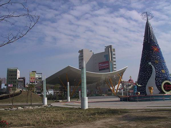 R9 1號出口跟聖誕樹,還有藍天