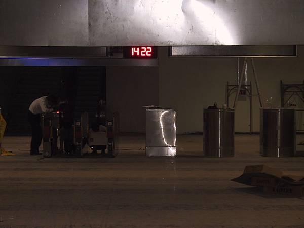 新左營車站的工作人員正在裝台鐵流改閘口XD