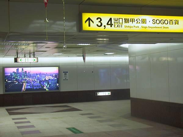 3號, 4號出口,往 Mitsukoshi, Sogo 方向~
