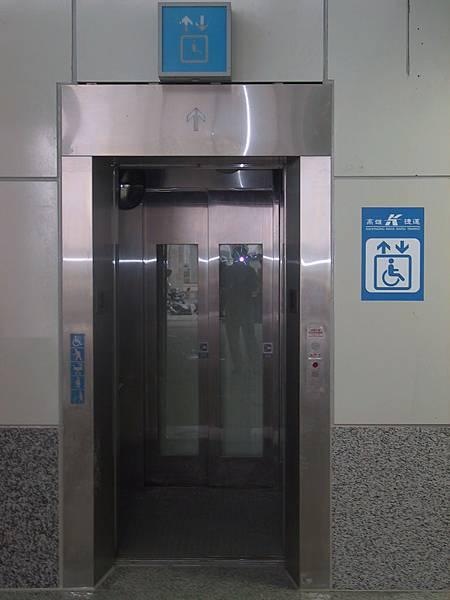 R22 出入口大廳往穿堂層身心障礙電梯