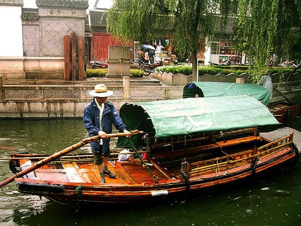 北市河上操舟的船郎