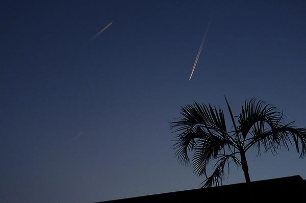 18:04 H109M 天母東路114巷,天將黑之際,三台遠天之上的戰鬥機,際劃下不相交的三條銀色絲線。