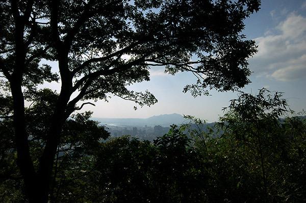 15:19 H180M 東山路338巷玉稠湖山登山口,在此小歇,山崖旁有兩株參天的櫟樹,是旅人蔽陰的屏障。