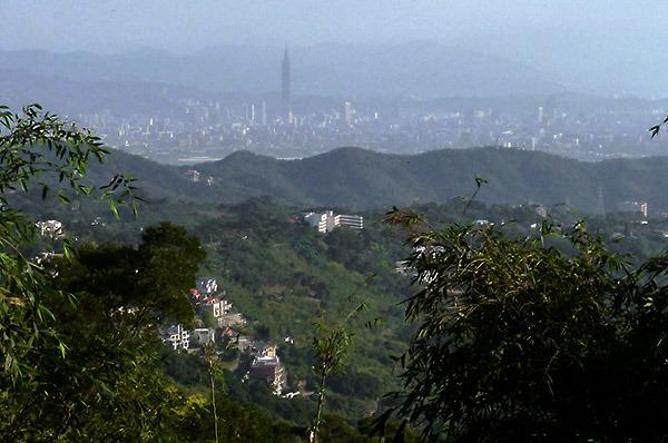 16:27 H375M 走完最後一段陡上的山路,遠方的台北盆地霍然眼前,台北新地標,清晰可見。