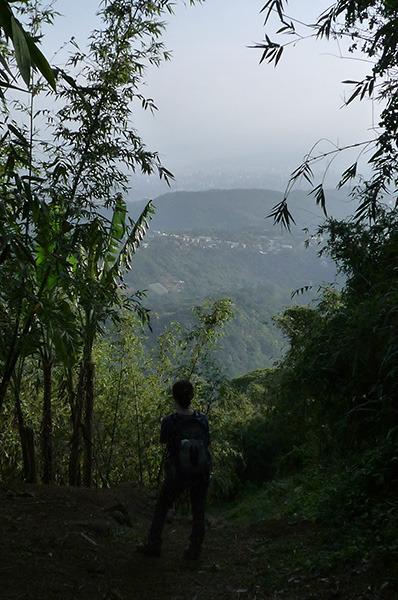 16:30 H396M 下竹林山頂台地上,同行友人,欣賞著台北盆地的美景,享受登頂時的喜悅和寧靜。