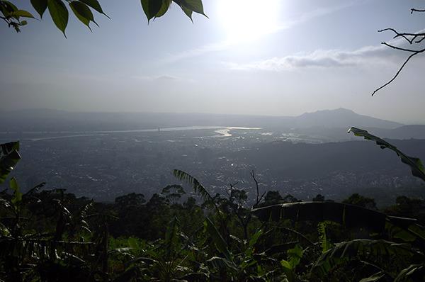 16:40 H429M 由白雲山產道上,遠眺大漢溪、基隆河、淡水河三水之會