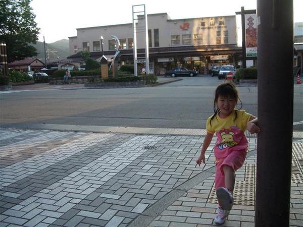 950823-D落腳處外的街道與商店03高山車站.JPG