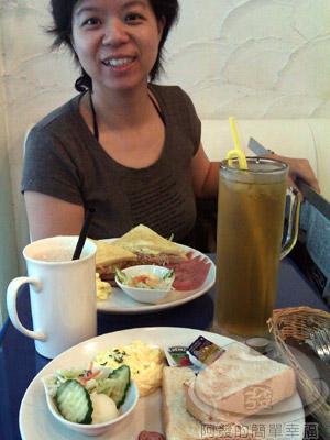 Yummy雅米早午餐08-好大杯的飲料.jpg
