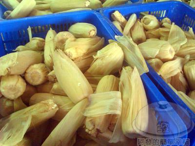 萬里-知味鄉烤玉米07-一籠又一籠數量驚人店家挑好的玉米
