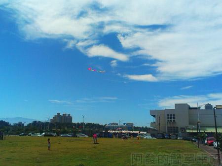 新竹-南寮漁港18草皮上放風箏的人們