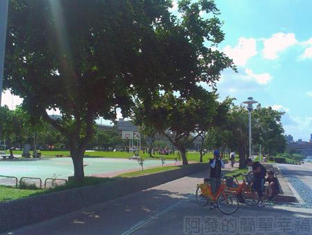 大稻埕碼頭10往忠孝橋方向的車道旁的藍球場