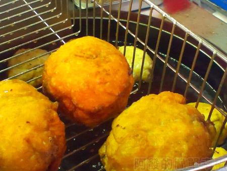 頭份-曾記餡餅04-炸好瀝油中的餡餅