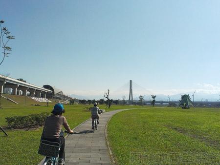 大臺北都會公園17-幸福水漾公園-自行車道,一旁為機場捷運三重站