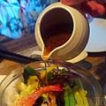 淡水-紅樓中餐廳18蘆筍甜蝦沙拉拼燻鮭魚捲時蔬.jpg