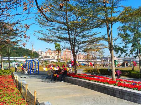 新店陽光運動園區05兒童遊戲區旁的花台