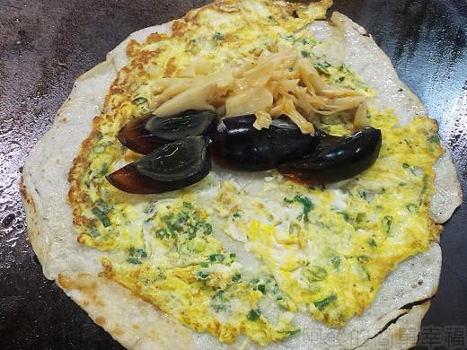 板橋-四海豆漿大王13煎檯上的皮蛋蛋餅
