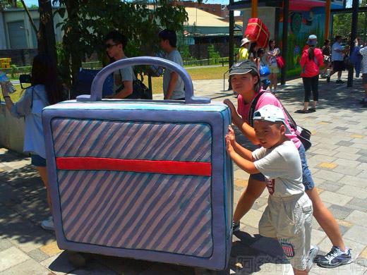 宜蘭一日遊-幾米廣場03行李箱
