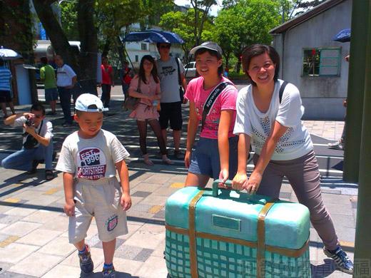 宜蘭一日遊-幾米廣場04行李箱