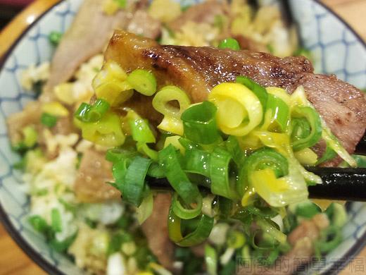 內湖-開丼燒肉vs丼飯22日出燒肉丼-燒肉沾滿蔥花