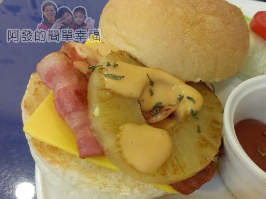 板橋-YUMMY雅米早午餐18-夏威夷培根起司漢堡套餐特寫