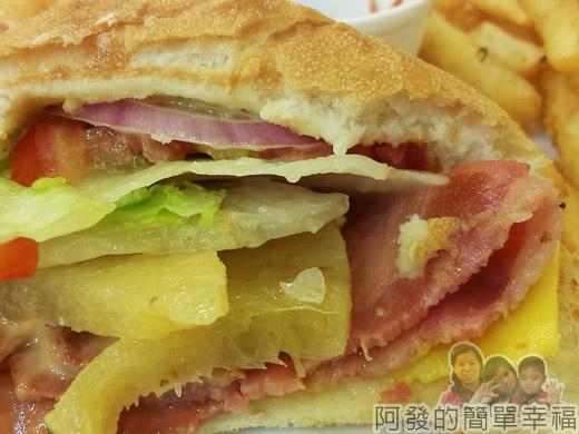 板橋-YUMMY雅米早午餐20-夏威夷培根起司漢堡套餐切面