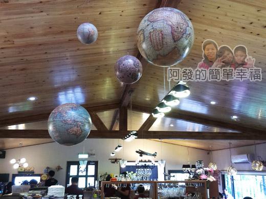 梅花湖-飛行碼頭07前半段用餐區-天花板的地球吊飾