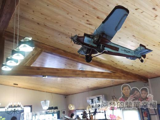 梅花湖-飛行碼頭11前半段用餐區-天花板的飛機吊飾