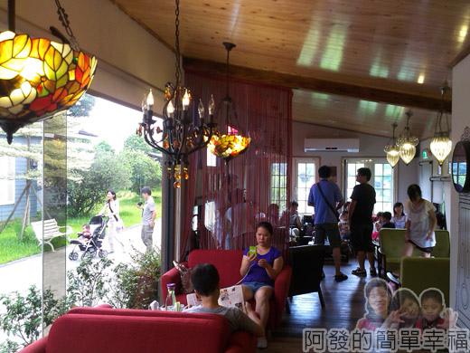 梅花湖-飛行碼頭15餐廳後半段的沙發區