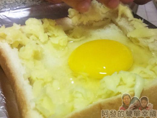 烤元氣日見乳酪厚片03打蛋放乳酪絲