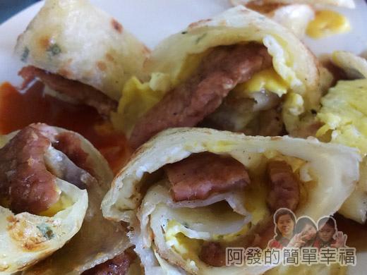 品品早餐-肉蛋吐司12夾肉蛋餅特寫
