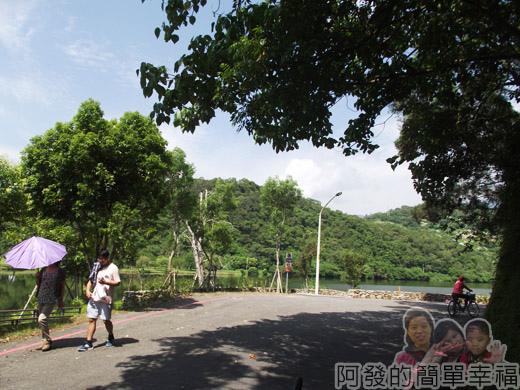 宜蘭礁溪-龍潭湖22環湖車道健走的人