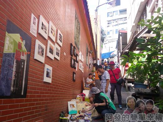 淡水重建街06福佑宮牆上貼了海報和照片.jpg