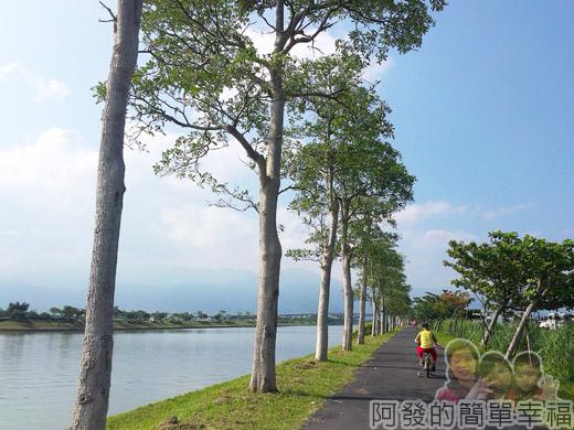 冬山河自行車專用道05景色怡人的河濱車道