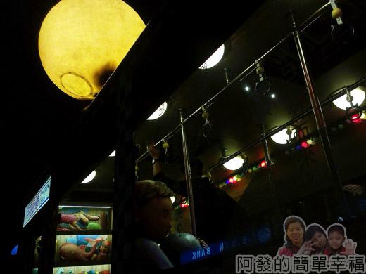 幾米-月亮忘記了31公車上的小男孩